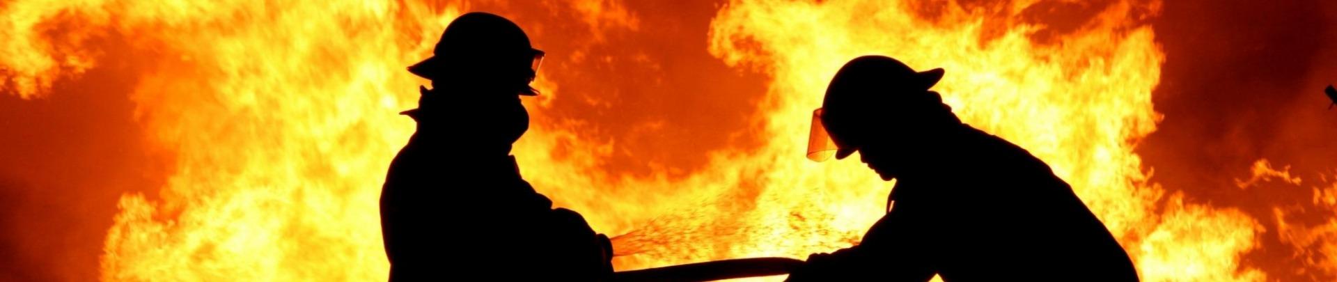2 mannen bestrijden vuur